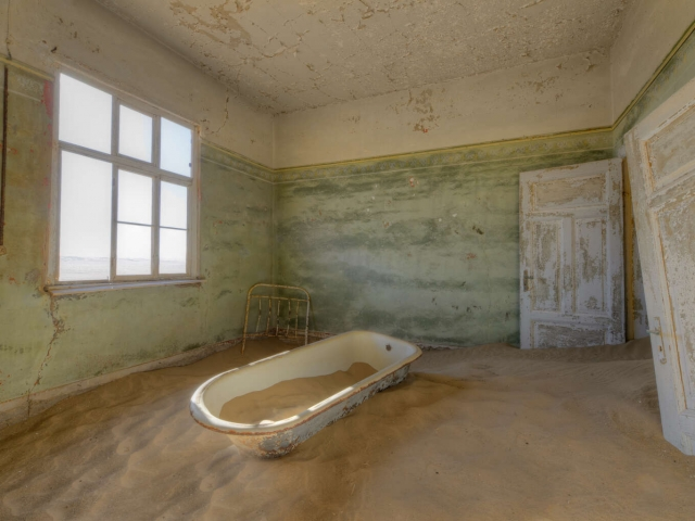 Kolmanskop - Sand in the Bath